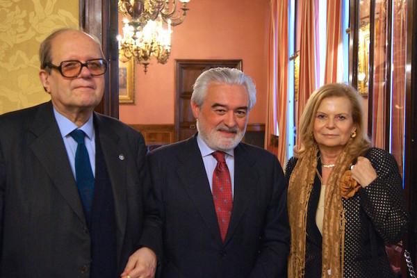 Los académicos Carme Riera y Pere Gimferrer con Darío Villanueva. Foto: ©RAE