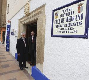 Dario Villanueva y Pedro Ángel Jiménez visitan la cueva de Medrano. ©EFE/Mariano Cieza Moreno