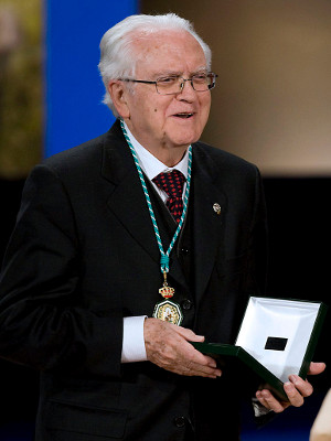 El filólogo Gregorio Salvador posa tras recibir la Medalla de Andalucía en febrero del 2010. Foto: © Efe/Eduardo Abad