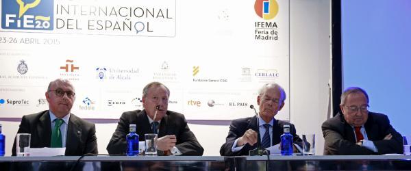 El presidente de Ifema, José María Álvarez del Manzano (2i), junto al presidente de la Cámara de Comercio, José Luis Bonet (d), en la mesa presidencial del foro. Foto: ©Efe/Zipi