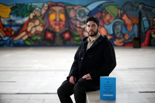Fotografía del 1 de junio de 2015 del escritor chileno Darío Rojas, en Santiago (Chile). ©Efe/Mario Ruiz