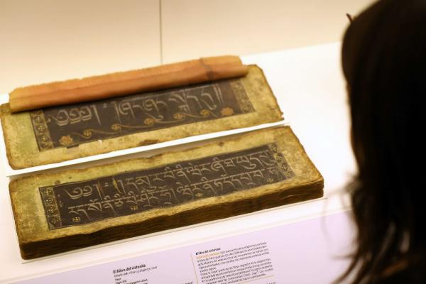 Una pieza de la exposición «Escrituras. Símbolos, palabras, poderes». Foto: ©Efe/Toni Albir