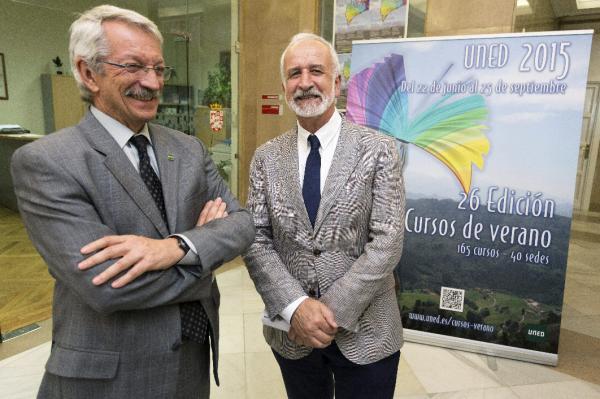 Alejandro Tiana (izda.), y Salvador Gutiérrez (drcha.),en la inauguración de cursos de verano. © Efe/Raúl Sanchidrían
