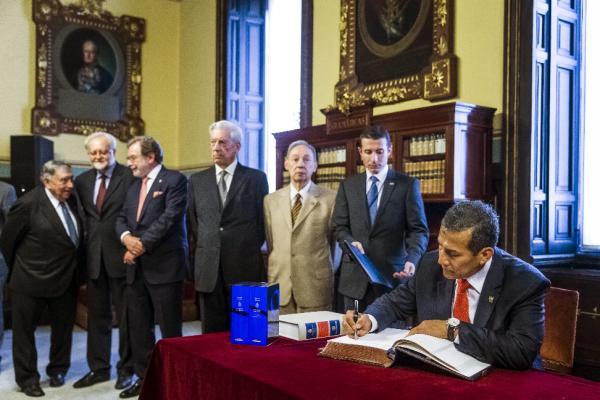 El presidente de Perú, Ollanta Humala (drcha.), firma en el libro de la Real Academia Española. ©Efe/Emilio Naranjo