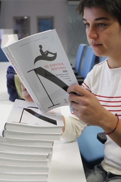 Judith González, con un ejemplar del libro. Foto: ©Agencia Efe/Juan M. Espinosa