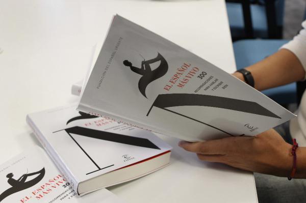 Ejemplares del libro «El español más vivo. 300 recomendaciones para hablar y escribir bien».editada por Espasa. Foto: ©Efe/Juan M. Espinosa