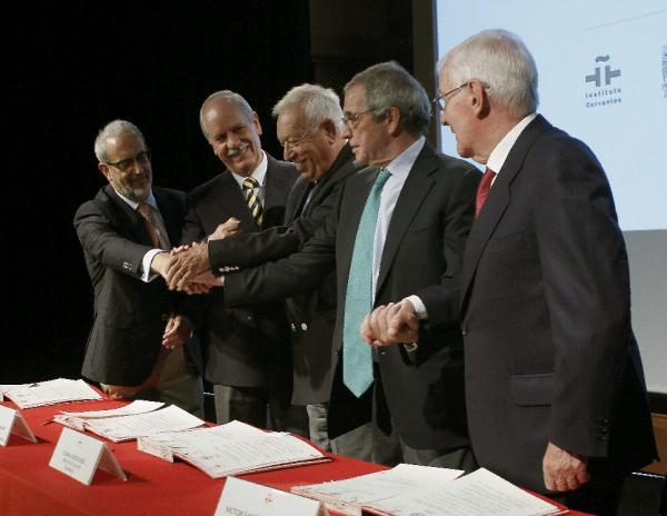 José Manuel García Margallo (c), César Alierta (2-dr), Víctor García de la Concha (dr) y el rector de Daniel Hernández Ruipérez (iz), en el acto de presentación del Siele. ©Efe/Juan M. Espinosa