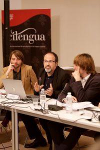 Luis Muiño (c), Juan Soto Ivars (i) y Jordi Corominas (d) durante el primer debate del seminario sobre lenguaje y posverdad.
