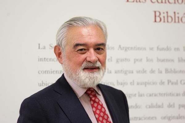 El director de la Real Academia Española (RAE) desde 2014, Darío Villanueva, posa para Efe en Buenos Aires (Argentina). Foto: EFE/Marina Guillén