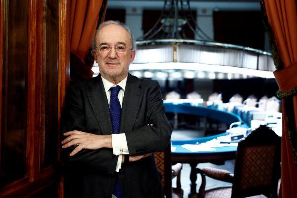 El jurista Santiago Muñoz Machado tras ser elegido hoy nuevo director de la Real Academia de la Lengua española (RAE), en sustitución de Darío Villanueva, que ocupaba ese cargo desde diciembre de 2014. EFE/Mariscal